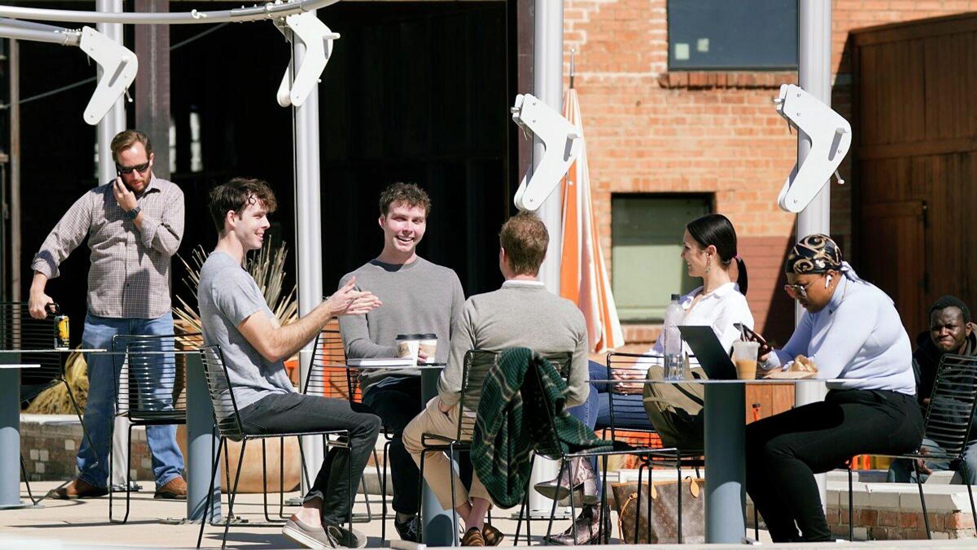 Unos jóvenes sin mascarillas se reúnen en un local, Dallas. - Sputnik Mundo, 1920, 04.03.2021