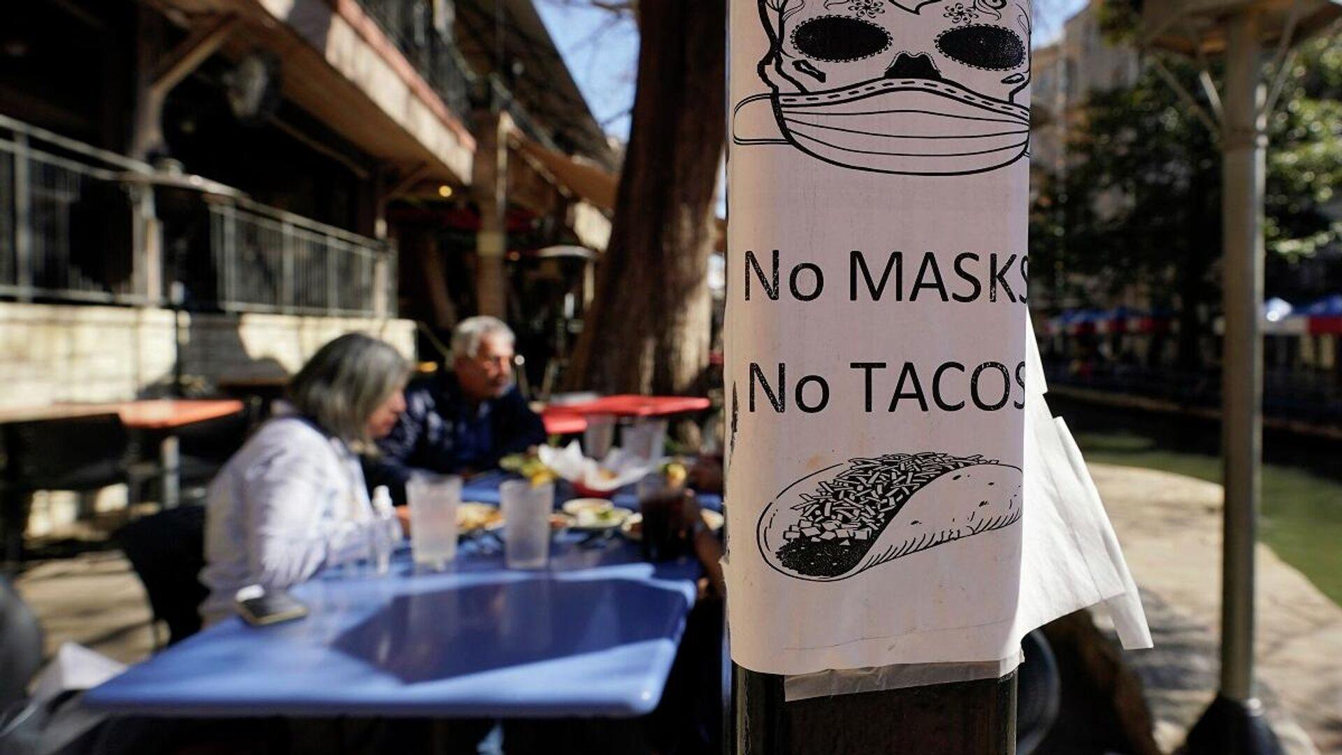 Un cartel que insta a los clientes que se pongan la mascarilla en un comedor - Sputnik Mundo, 1920, 04.03.2021