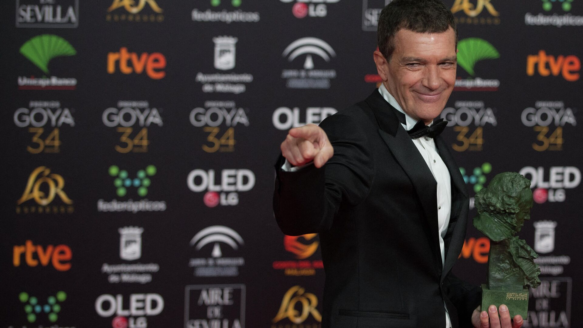 Antonio Banderas posa con el premio Goya al mejor actor por su papel en 'Dolor y Gloria' - Sputnik Mundo, 1920, 04.03.2021