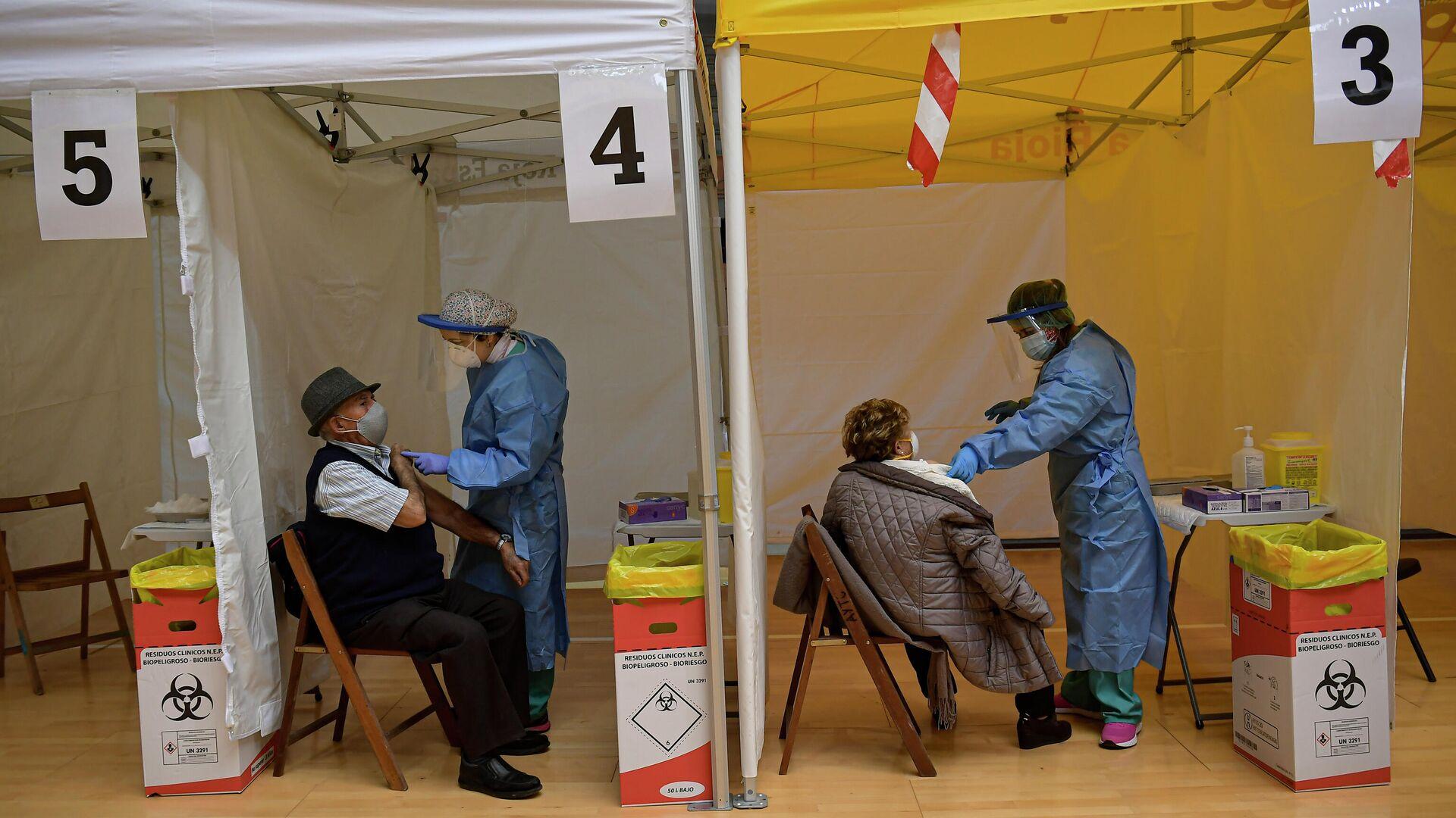 Dos ancianos reciben la vacuna Pfizer contra el coronavirus en el norte de España. 4 de marzo de 2021. - Sputnik Mundo, 1920, 04.03.2021
