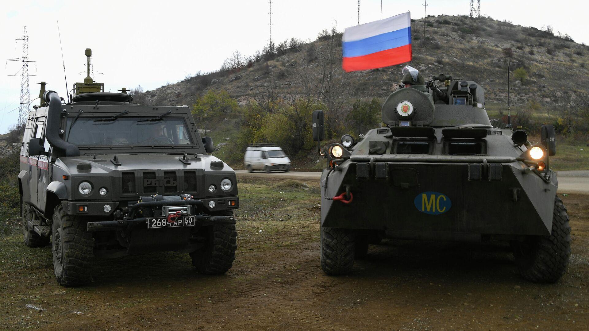 Un vehículo militar multiuso Tigr (a la izquierda) y un vehículo blindado de combate (a la derecha) del Ejército de Rusia - Sputnik Mundo, 1920, 05.03.2021