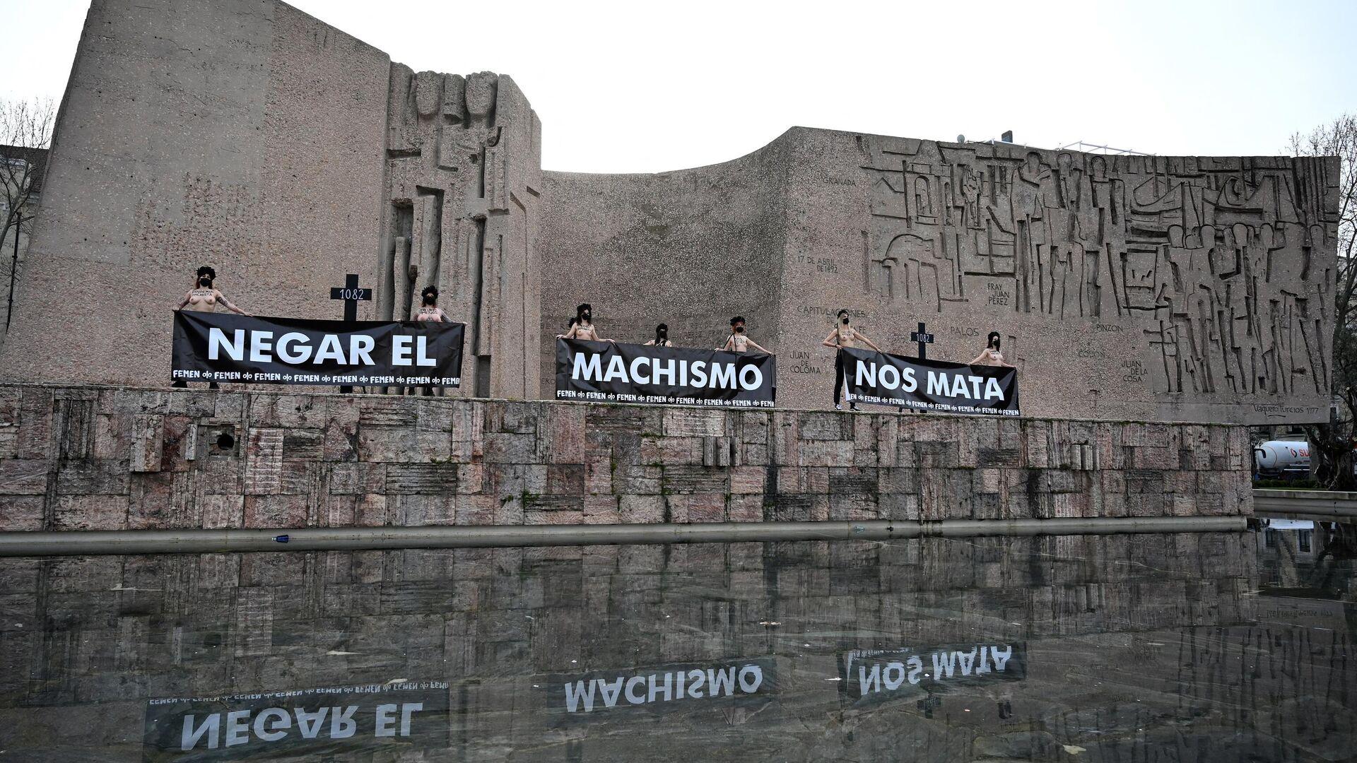 Activistas de Femen sostienen pancartas que dicen Negar el sexismo nos mata durante una protesta en la Plaza de Colón de Madrid el 5 de marzo de 2021. - Sputnik Mundo, 1920, 05.03.2021