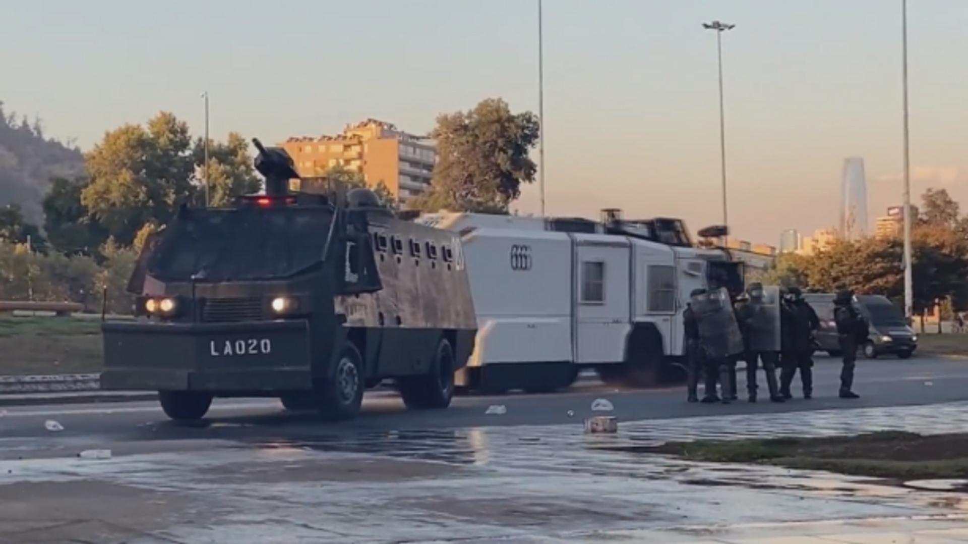 Fuertes enfrentamientos con las fuerzas policiales vuelven a las calles de la capital de Chile  - Sputnik Mundo, 1920, 06.03.2021