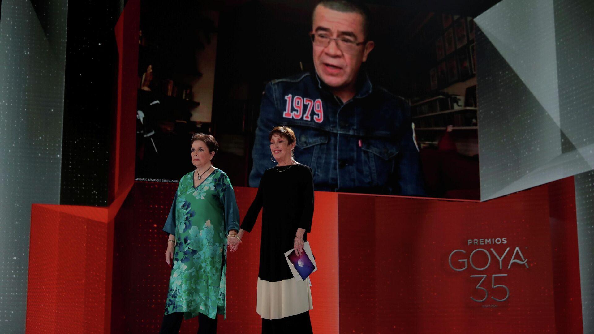 El productor colombiano Dago Garcia y actrices españolas Monica Randall y Veronica Forque en los premios Goya 2021 - Sputnik Mundo, 1920, 07.03.2021