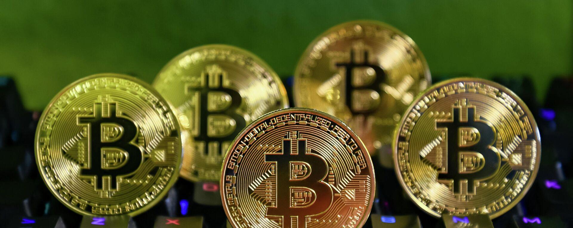 Varias monedas de bitcóin - Sputnik Mundo, 1920, 13.08.2021
