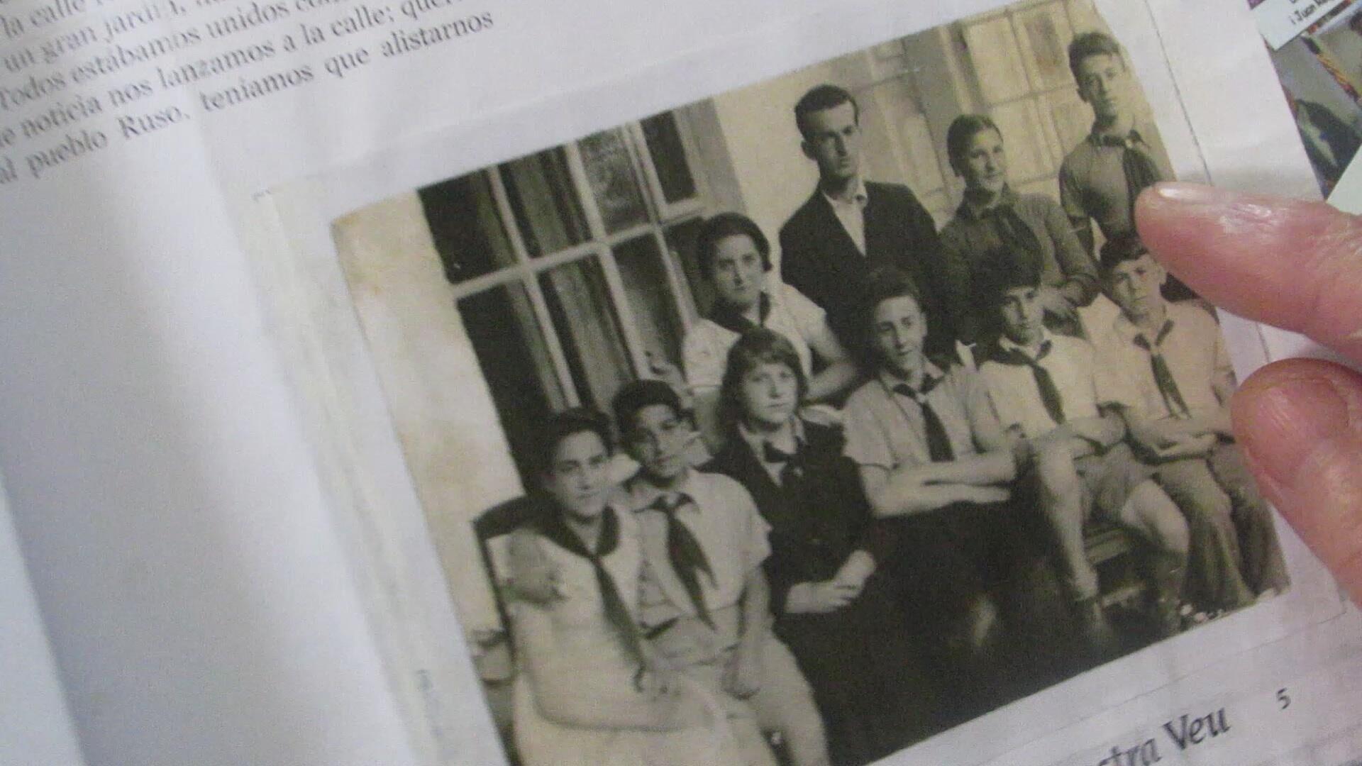 Teresa Alonso señala una fotografía donde aparece ella junto a Ignacio  - Sputnik Mundo, 1920, 08.03.2021