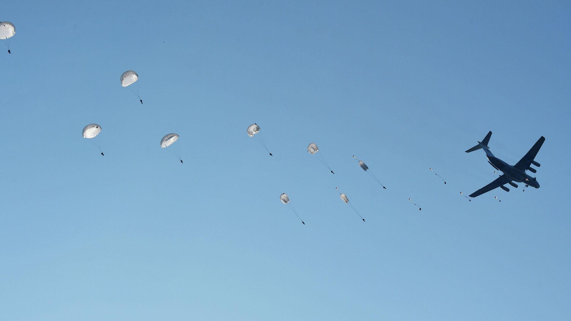 Un salto de los paracaidistas de las Fuerzas Aerotransportadas de Rusia - Sputnik Mundo, 1920, 08.03.2021