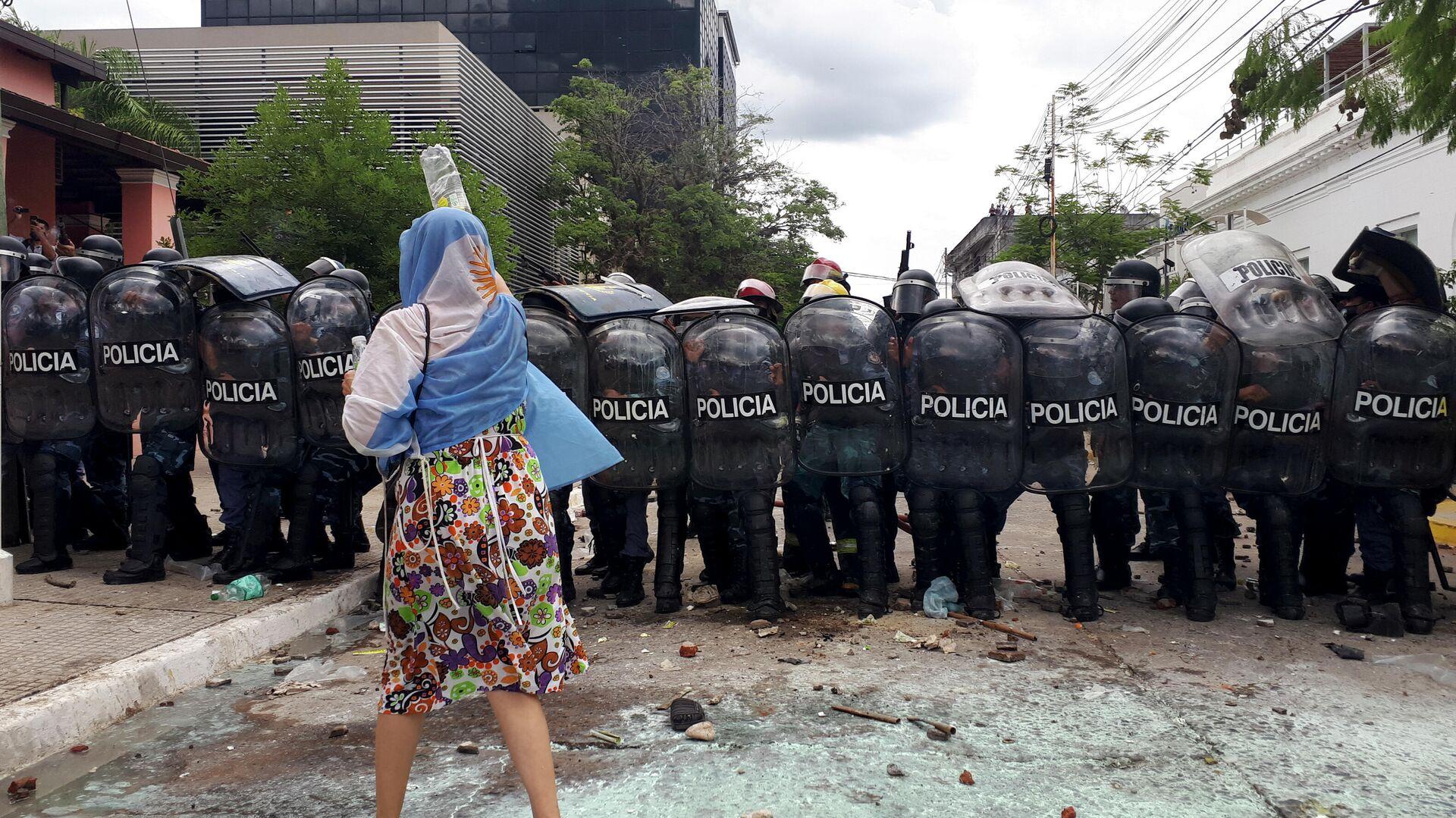 Una mujer se manifiesta frente a la Policía en la provincia argentina de Formosa - Sputnik Mundo, 1920, 08.03.2021