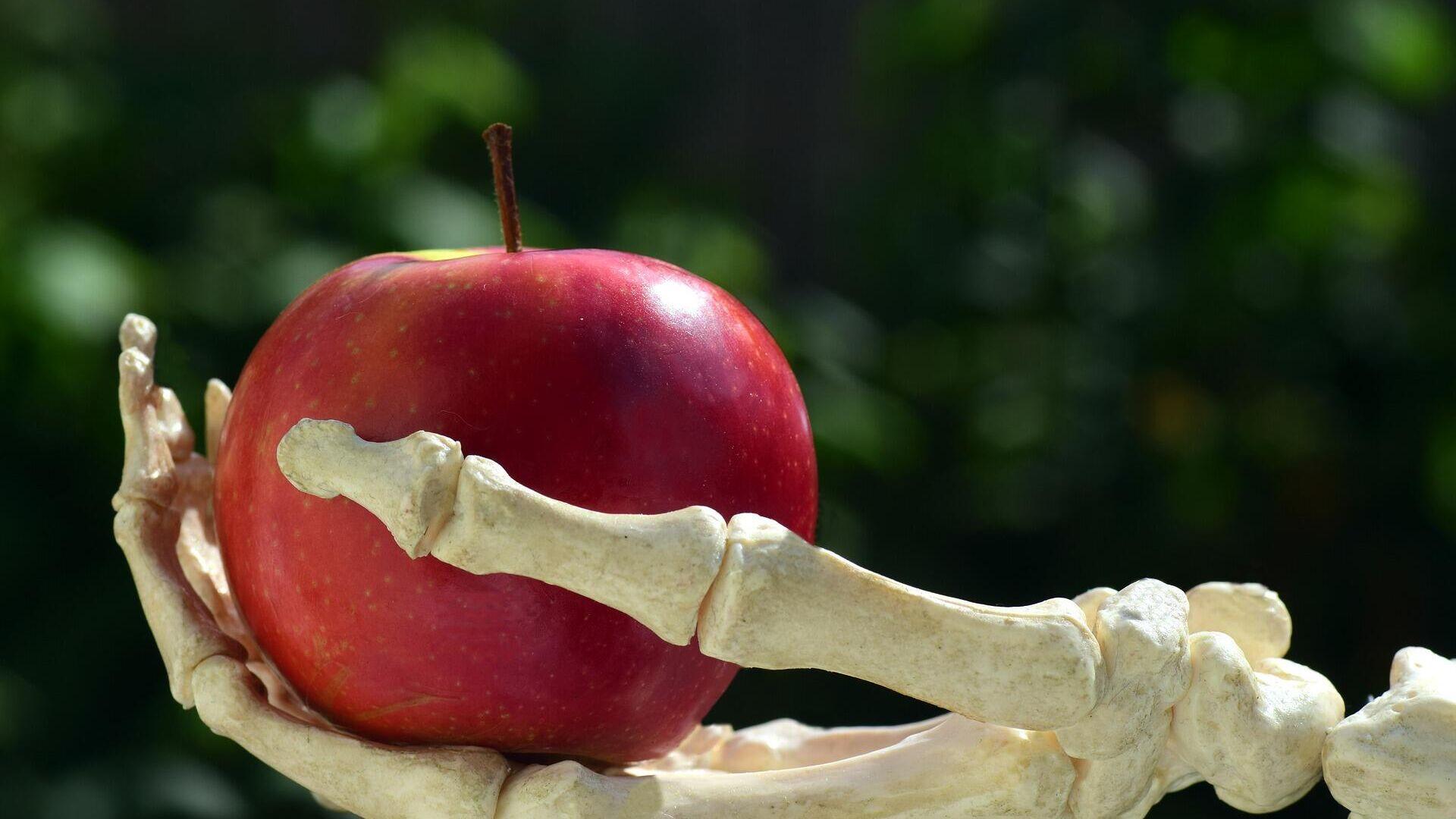 Una mano con manzana - Sputnik Mundo, 1920, 08.03.2021