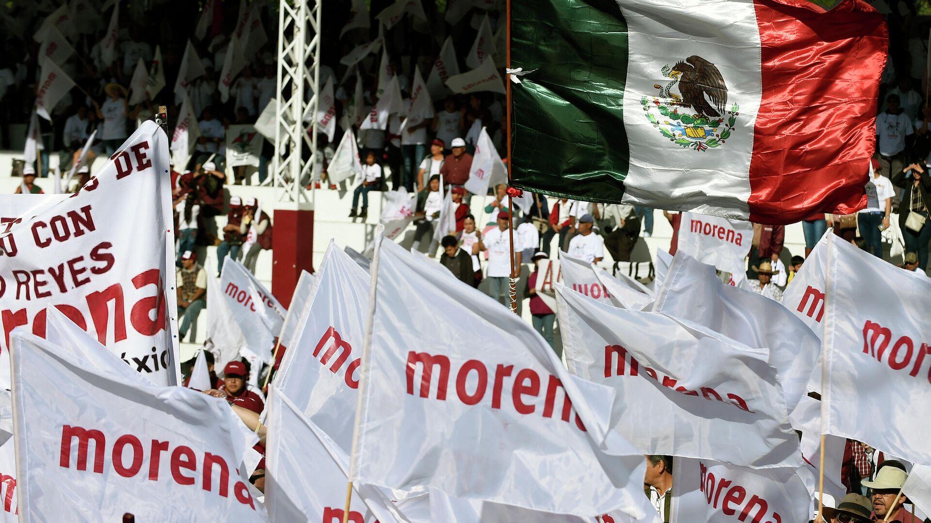La bandera del partido gobernante de México Movimiento Regeneración Nacional (Morena) - Sputnik Mundo, 1920, 08.03.2021