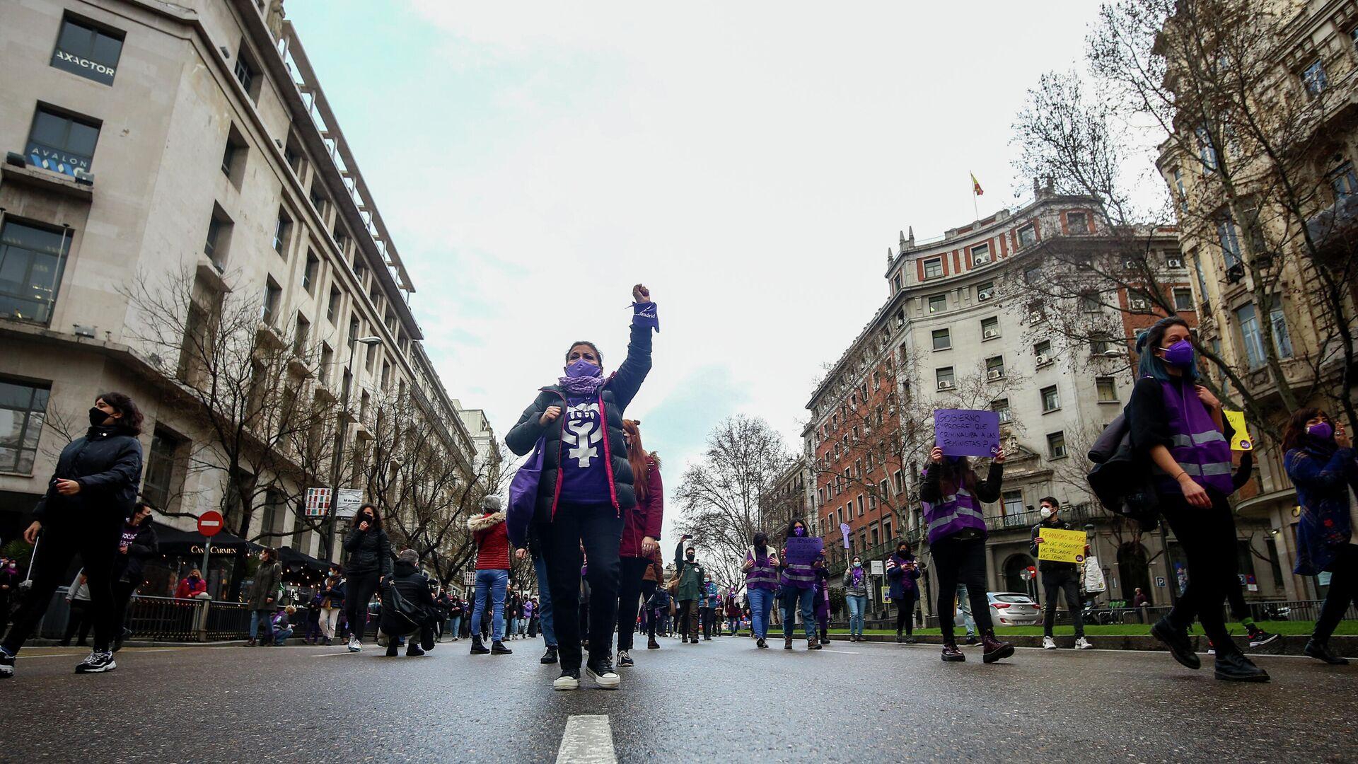 Mujeres en una manifestación no autorizada en Madrid - Sputnik Mundo, 1920, 08.03.2021