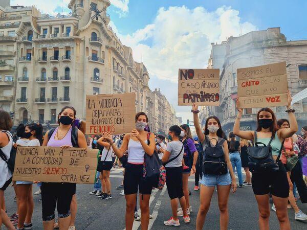 Distintas consignas contra la violencia de género, el patriarcado y los femicidios fueron desplegadas en carteles y pancartas. - Sputnik Mundo