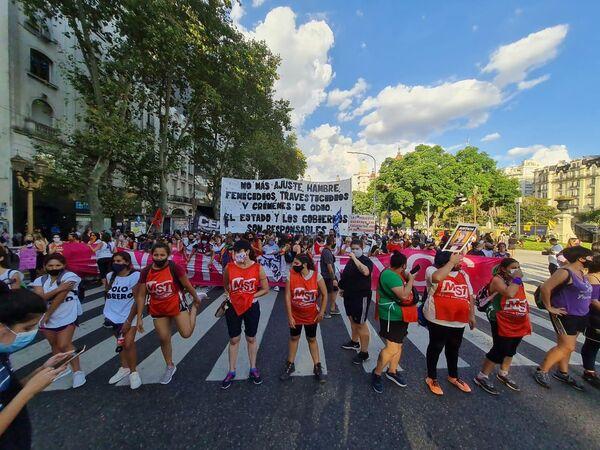 Militantes del Movimiento Socialista de los Trabajadores estuvieron presentes junto con otras agrupaciones políticas de izquierda. - Sputnik Mundo