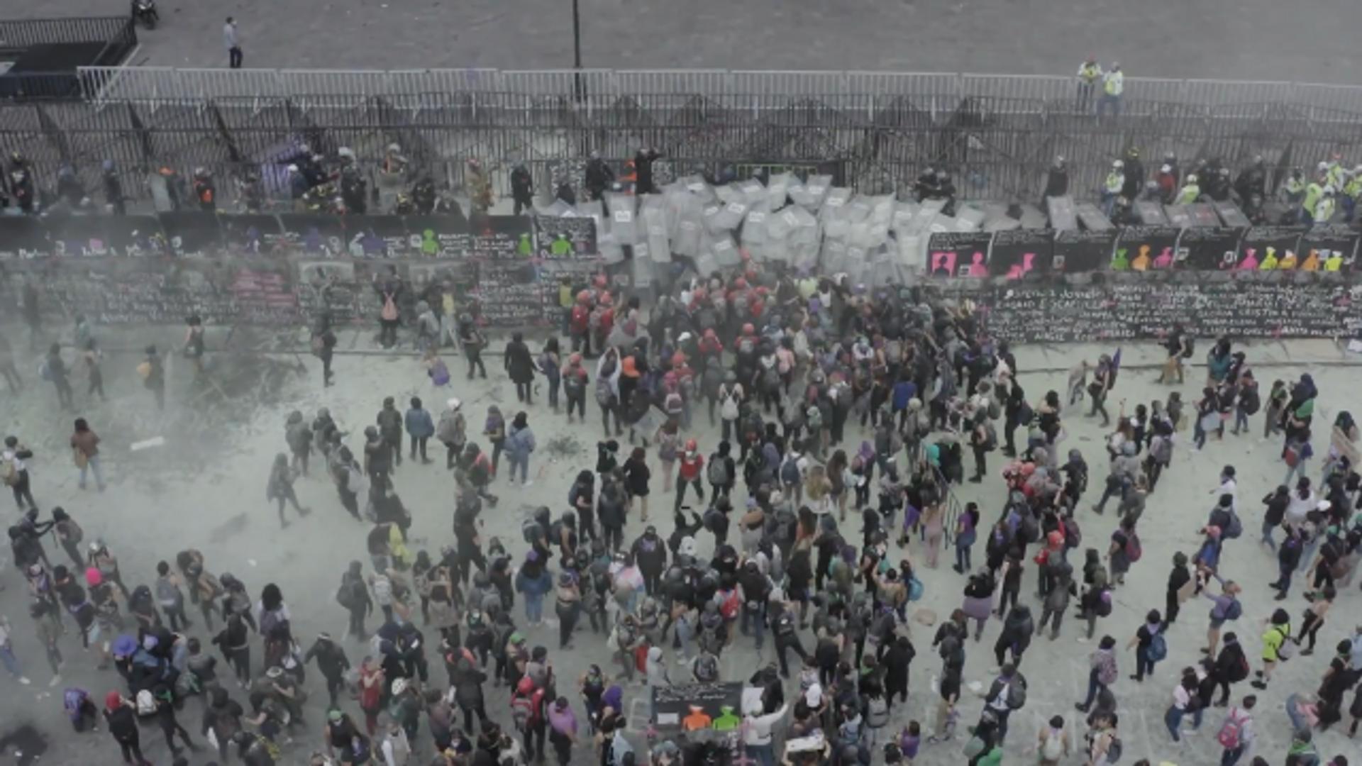 Cientos de mexicanas conmemoraron un 8M entre protestas, muros y gases lacrimógenos - Sputnik Mundo, 1920, 09.03.2021