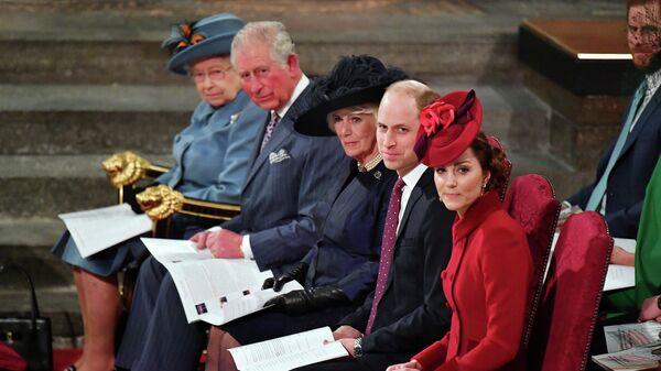 La reina Isabel II, el príncipe Carlos, Camilla, la duquesa de Cornwall, el príncipe William y  Kate Middleton, la duquesa de Cambridge - Sputnik Mundo
