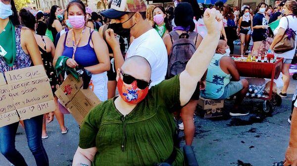 Cecilia Heyder en una manifestación callejera en Chile  - Sputnik Mundo