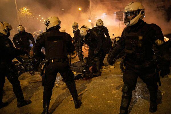 La capital griega volvió a verse envuelta en disturbios por muchas de sus calles. Varios miles de manifestantes salieron a protestar.   - Sputnik Mundo