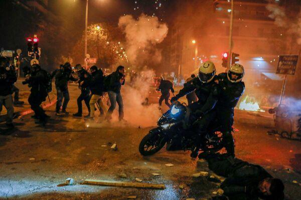 La gente protestaba contra la brutalidad policial: el 7 de marzo, unos agentes de Policía golpearon a un joven con las porras mientras patrullaban para hacer cumplir las medidas para contener la pandemia.  - Sputnik Mundo