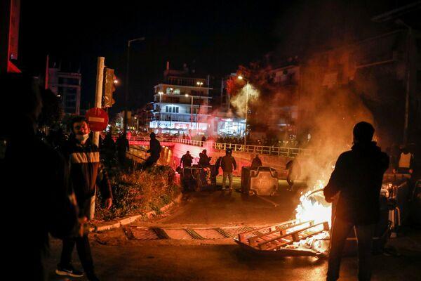 Los anarquistas, enmascarados y encapuchados, se enfrentaron a la Policía lanzando piedras y cócteles molotov contra los agentes. - Sputnik Mundo