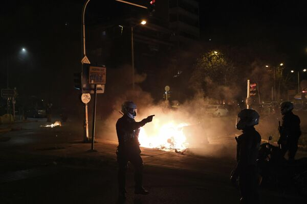 Algunos rompieron los escaparates e incendiaron automóviles y contenedores de basura.   - Sputnik Mundo