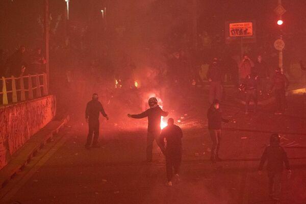 Los policías utilizaron gas lacrimógeno, granadas aturdidoras y cañones de agua.  - Sputnik Mundo