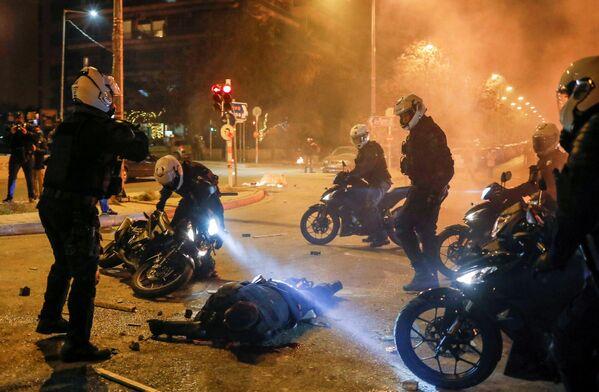 Algunos de los que participaron en los disturbios han sido detenidos. El primer ministro griego pronunció un discurso televisado en el que pidió que cesase la violencia en las calles. - Sputnik Mundo