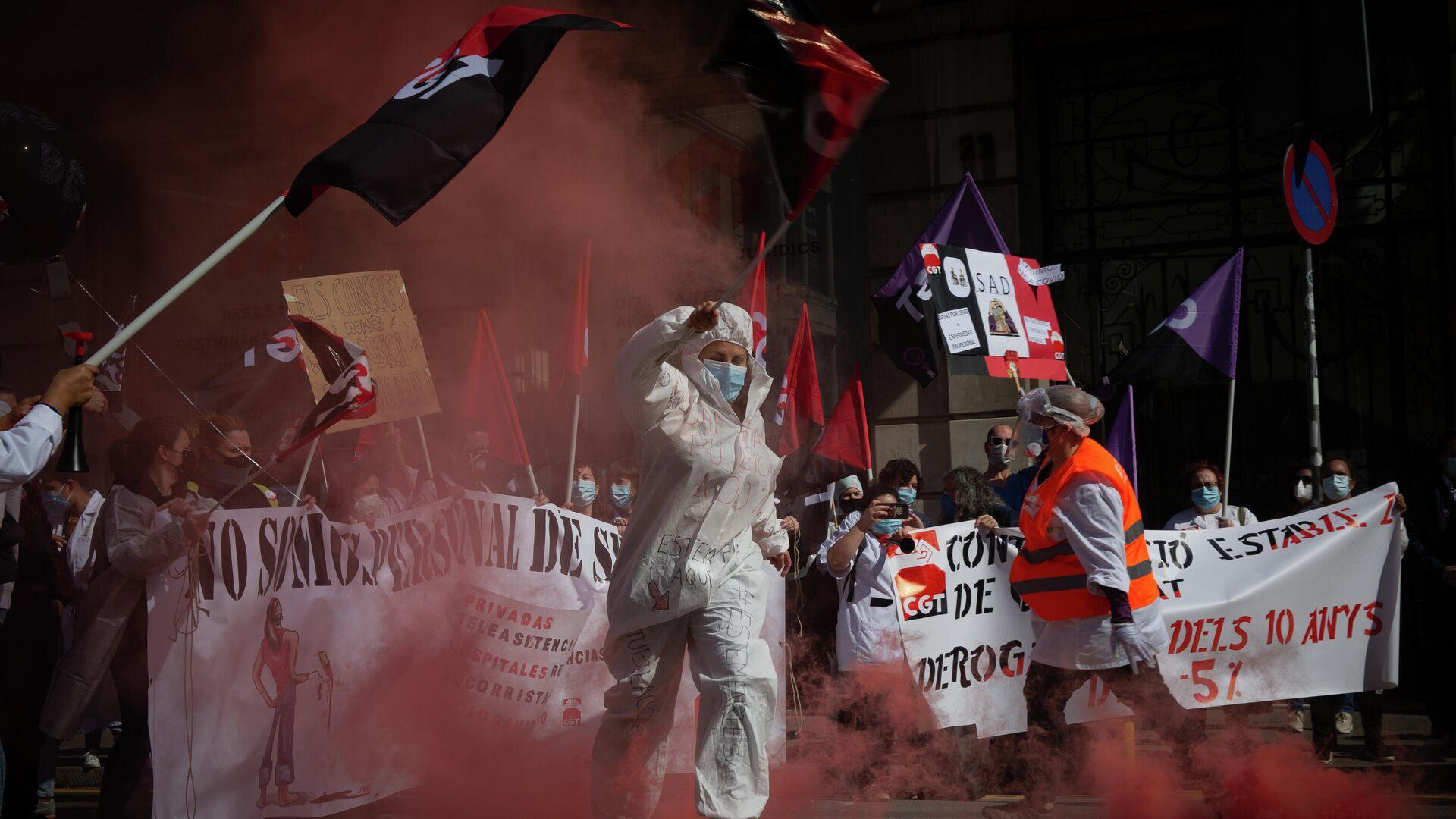 Una mujer participa en una manifestación durante la huelga general de la Sanidad en Cataluña. 10 de marzo de 2021 - Sputnik Mundo, 1920, 10.03.2021