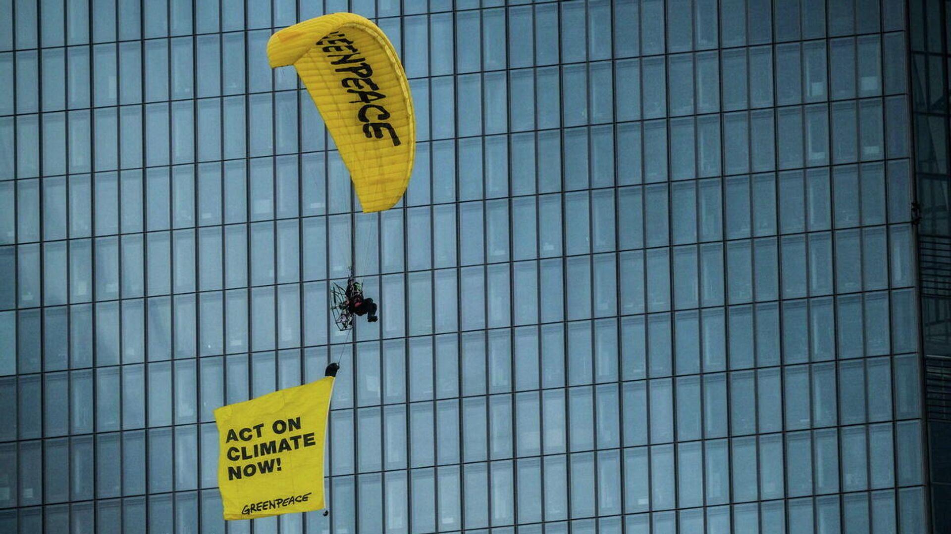 Activistas de Greenpeace en parapente cerca del edificio del Banco Central Europeo - Sputnik Mundo, 1920, 10.03.2021