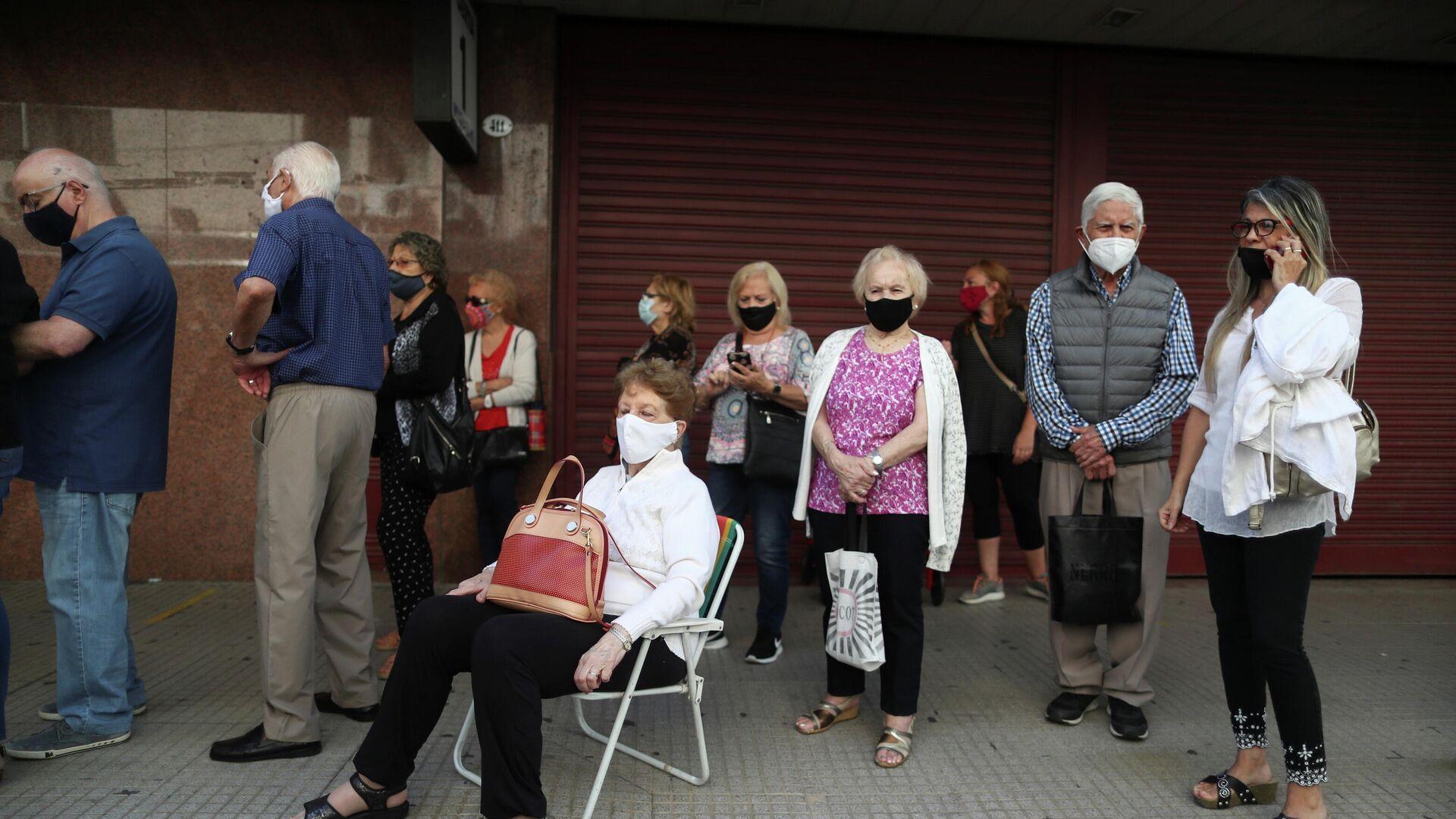 Adultos mayores argentinos esperan en la calle a ser vacunados en el estadio Luna Park - Sputnik Mundo, 1920, 10.03.2021