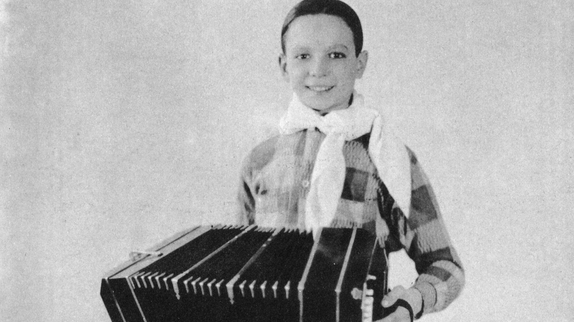Ástor Piazzolla con su bandoneón, en Nueva York, 1933. - Sputnik Mundo, 1920, 11.03.2021
