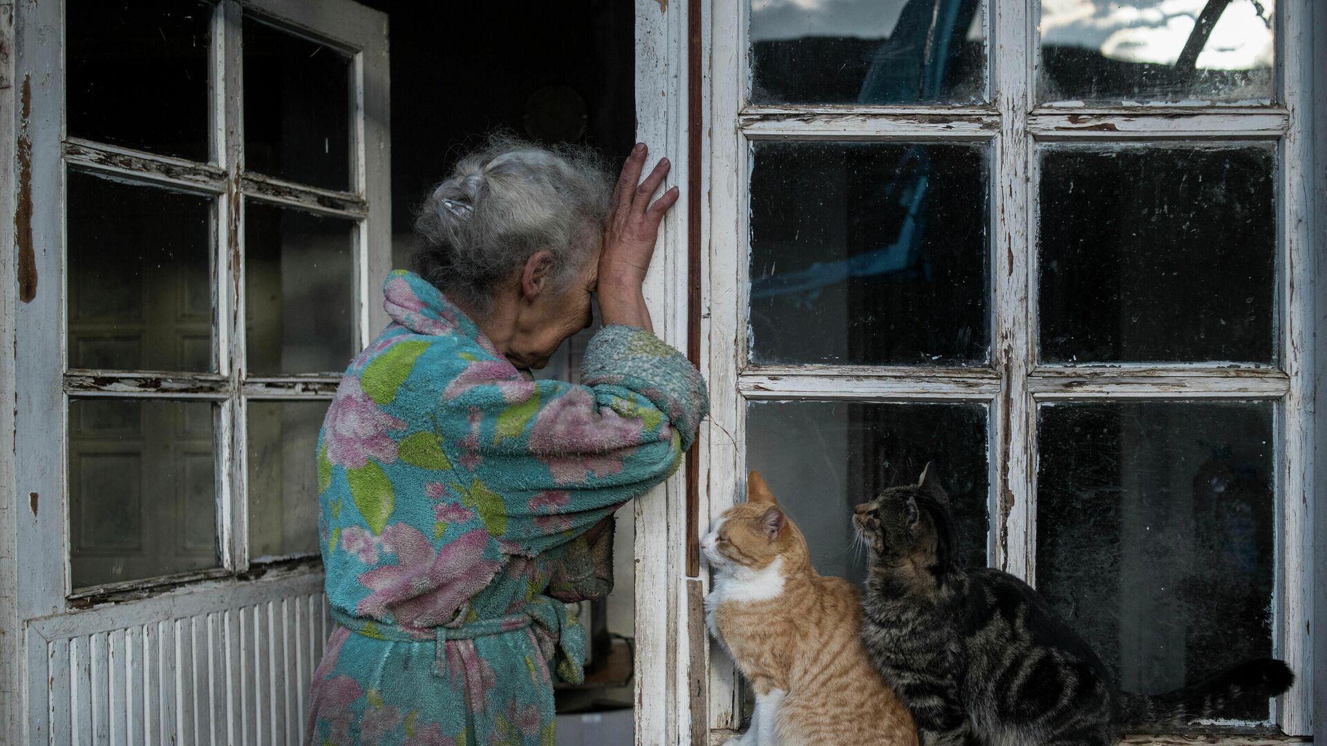 Абовян Асмик плачет в дверях своего дома в селе Неркин Сус, Нагорный Карабах - Sputnik Mundo, 1920, 11.03.2021