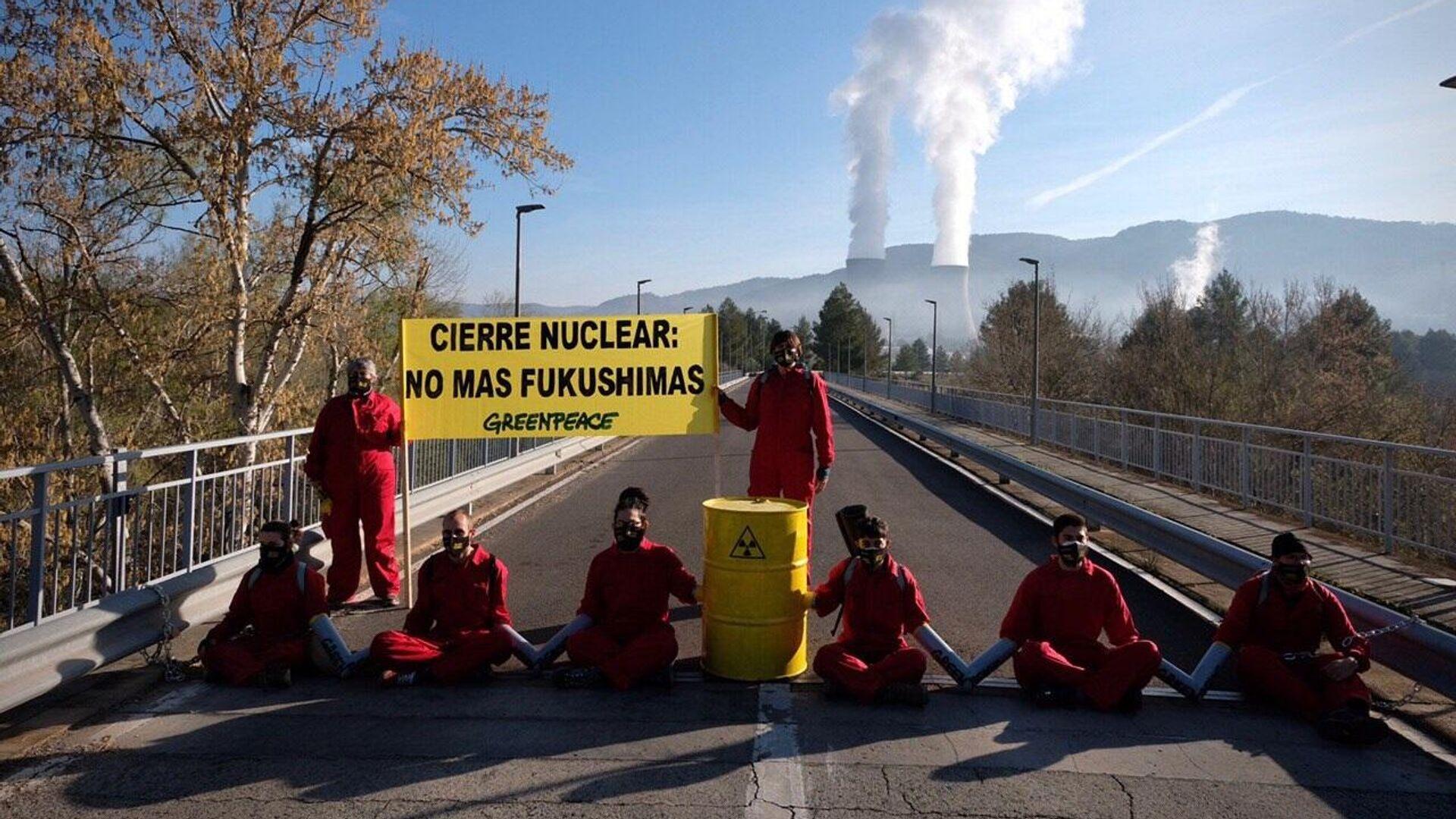 Acto de protesta de activistas de Greenpeace en la vía de acceso a la nuclear de Cofrentes - Sputnik Mundo, 1920, 11.03.2021