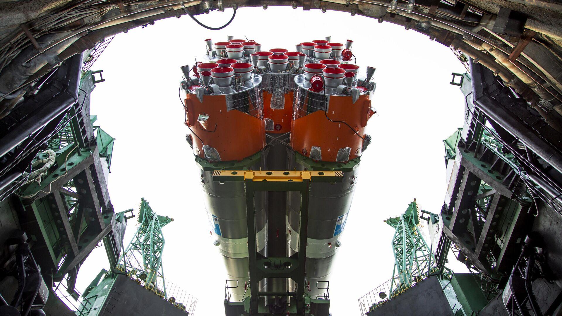 Instalación de un cohete-portador Soyuz - Sputnik Mundo, 1920, 12.03.2021