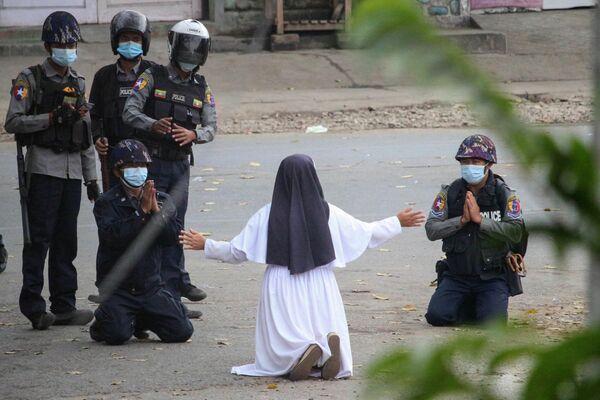 Una monja en Myitkyina pide a los policías que no agredan a los manifestantes contra el golpe militar en Birmania. - Sputnik Mundo