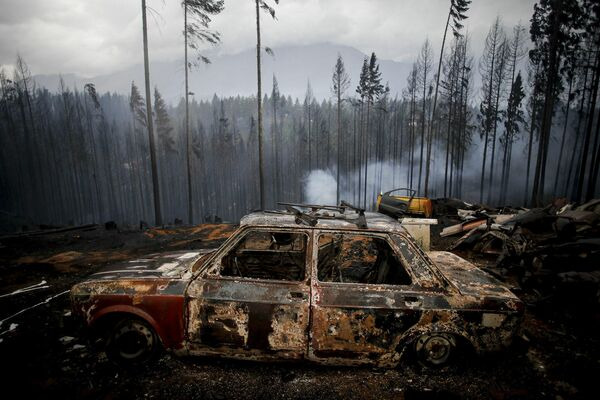 Un coche quemado durante los incendios forestales en Las Golondrinas, Argentina. - Sputnik Mundo