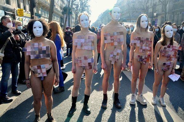 Las participantes de la marcha de feministas por el Día Internacional de Mujer en París. - Sputnik Mundo