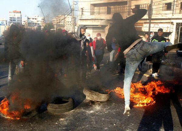 Los manifestantes bloquean una carretera con neumáticos en llamas durante una protesta contra la caída de la libra libanesa en Sidón, Líbano. - Sputnik Mundo