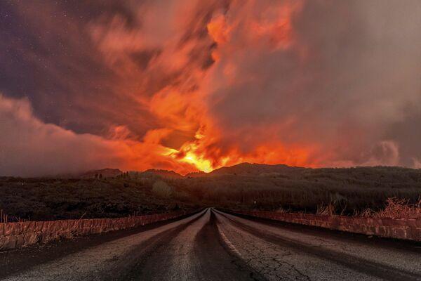 Italia fue sacudida por la mayor erupción del volcán Etna de los últimos 50 años. Las nubes gigantescas de humo se elevaron a 1.500 metros de altura y los escombros del cráter volaron a varios kilómetros de distancia. - Sputnik Mundo