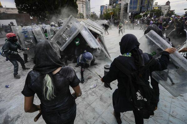 El choque de los manifestantes con los agentes de la Policía durante las protestas en el Día Internacional de la Mujer en Ciudad de México. - Sputnik Mundo