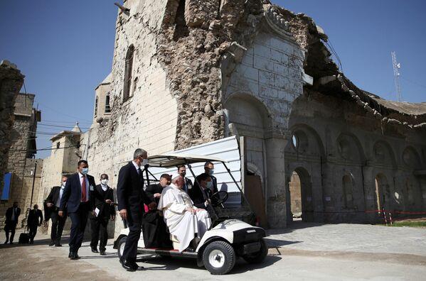 El papa Francisco guarda un minuto de silencio cerca del templo en la ciudad antigua de Mosul durante su visita a Irak. - Sputnik Mundo