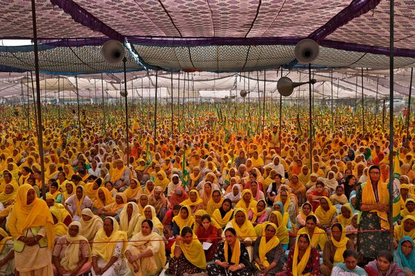 Mujeres granjeras participan en una protesta contra las leyes que menoscaban los derechos de los granjeros, en el Día Internacional de la Mujer en Bahadurgarh, la India.  - Sputnik Mundo