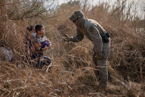 Un representante de las fuerzas de seguridad del estado de Texas sugiere que una migrante irregular de Honduras con su hijo de cuatro años salga de su refugio. Los migrantes cruzaron la frontera entre EEUU y México en la región del Valle del Río Grande.  - Sputnik Mundo