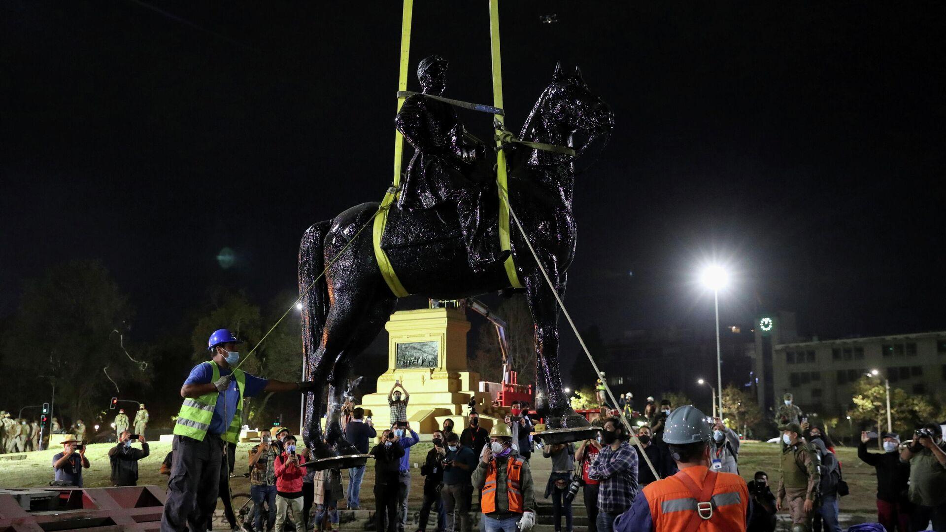 El desmantelamiento del monumento del general Manuel Baquedano, Santiago de Chile, Chile, el 12 de marzo del 2021 - Sputnik Mundo, 1920, 19.03.2021