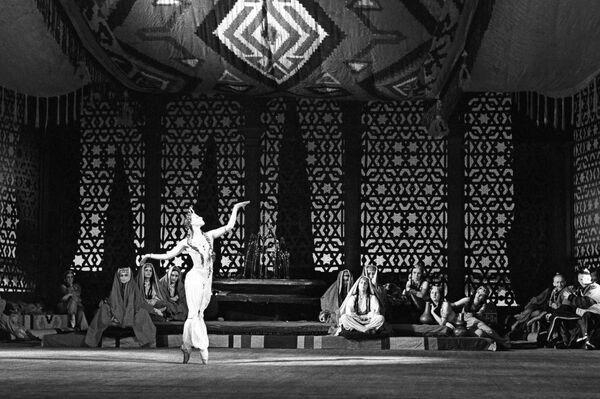 Escena del ballet 'La fuente de Bajchisarái' (1956). Zarema - Maya Plisétskaya - Sputnik Mundo