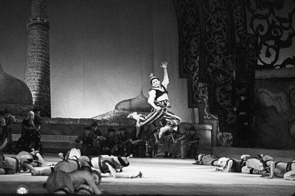 Escena del ballet 'La fuente de Bajchisarái' (1958). Nuralí baila para el Kan Guiréi - Sputnik Mundo