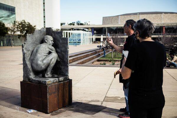 La estatua de Netanyahu haciendo sus necesidades en Tel Aviv - Sputnik Mundo