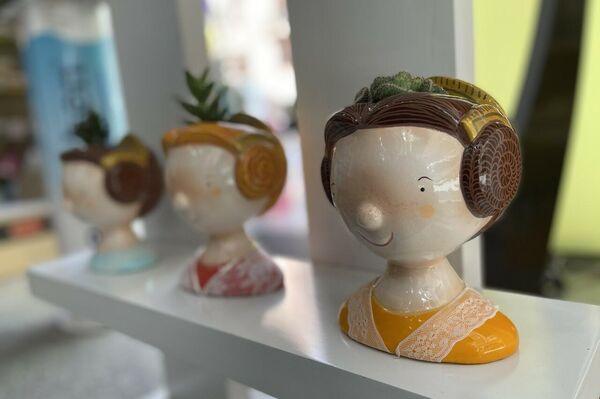 Muestra de algunos 'ninots' del artista Xavi Gurrea en un escaparate de Valencia - Sputnik Mundo