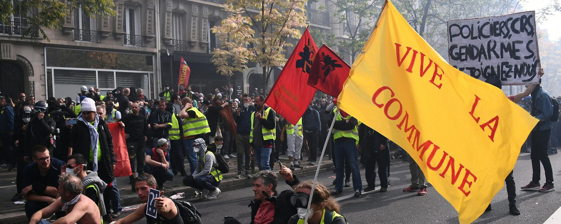 Una bandera con un lema que se refiere a la Comuna de París durante la Revolución Francesa - Sputnik Mundo, 1920, 18.03.2021