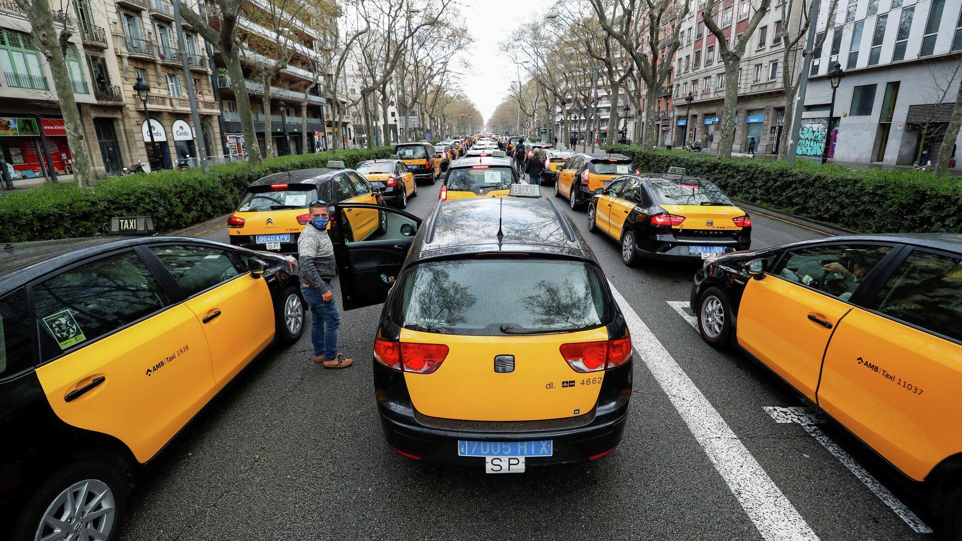 Los taxistas protestan contra el regreso de Uber a Barcelona, España - Sputnik Mundo, 1920, 18.03.2021