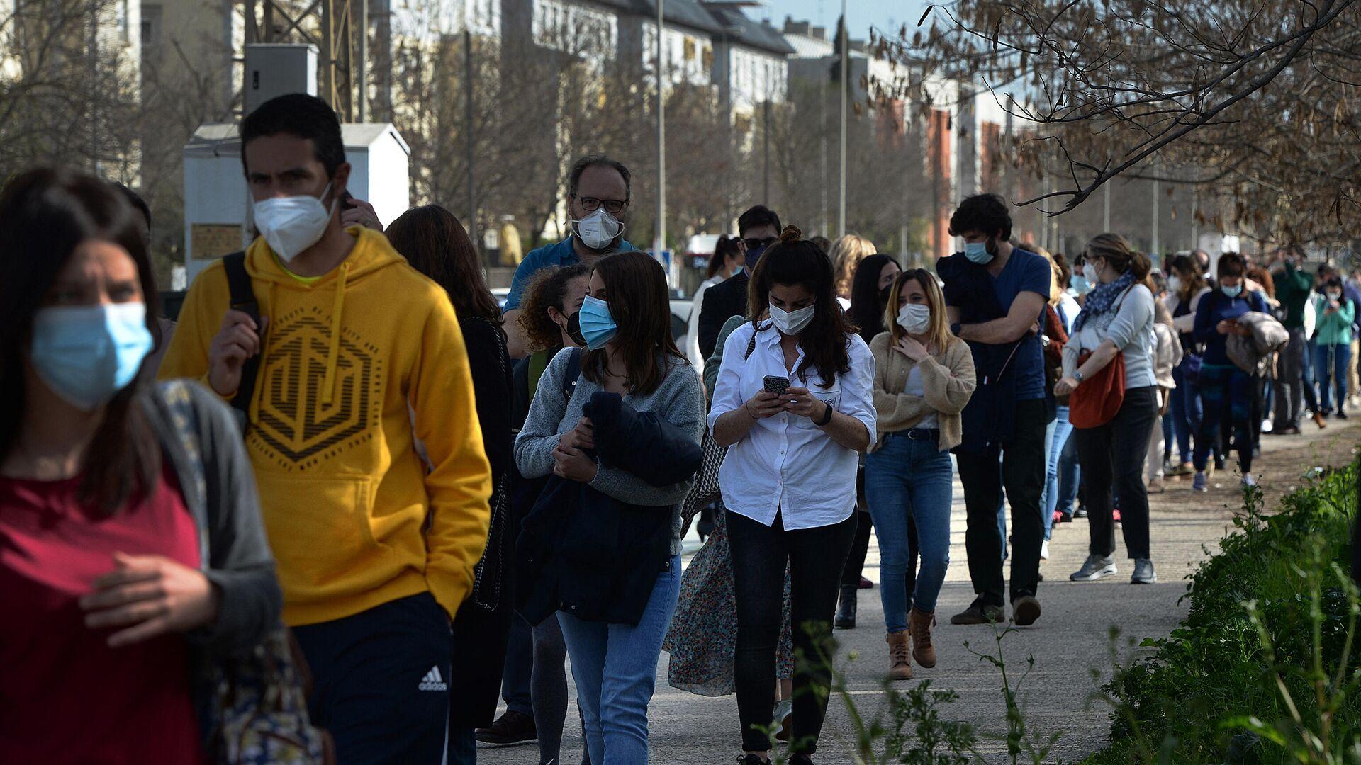 Docentes universitarios hacen cola para vacunarse en Sevilla - Sputnik Mundo, 1920, 08.04.2021